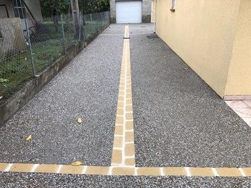 Chemin d'accès en béton désactivé avec chaînette de pavé pour le côté esthétique et la dilatation du béton - Ville de Graulhet