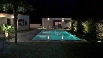 Construction de piscine avec éclairage incorporé